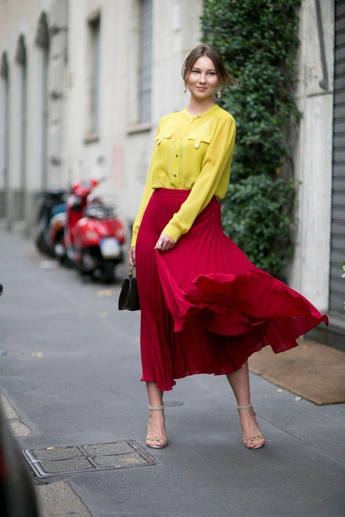 Une jupe plissée rouge + un chemisier jaune