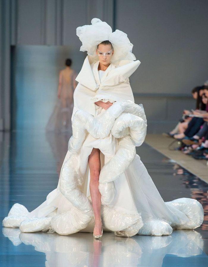 robe de mari e martin margiela haute couture automne hiver 2015 2016 24 mari es haute couture. Black Bedroom Furniture Sets. Home Design Ideas