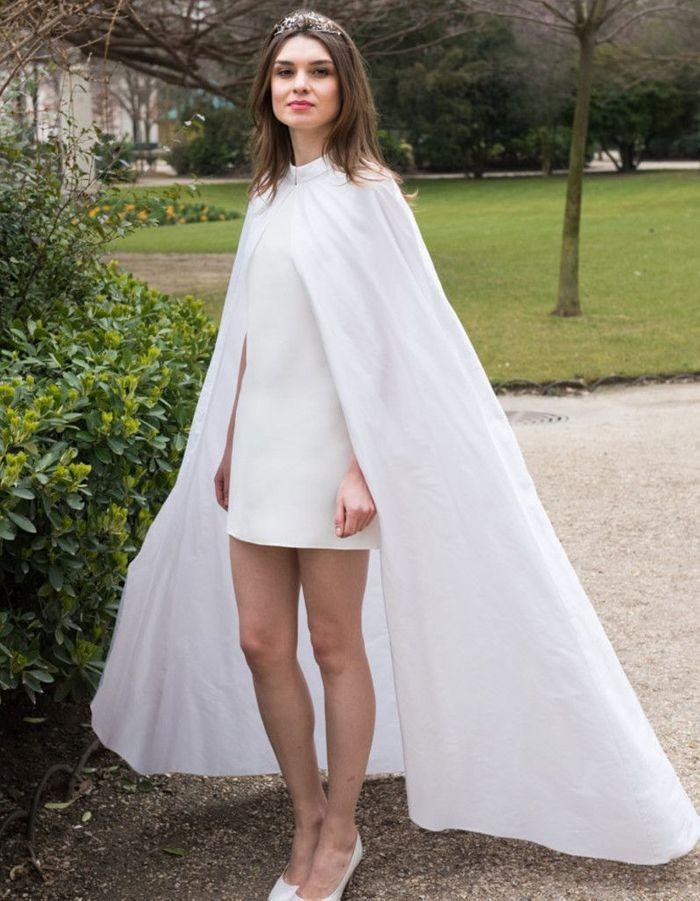 robe de mari e d 39 hiver avec cape 22 robes de mari e d hiver blouissantes elle. Black Bedroom Furniture Sets. Home Design Ideas