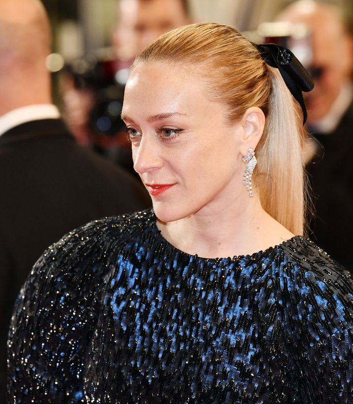 Les boucles d'oreilles Chanel Haute Joaillerie de Chloë Sevigny