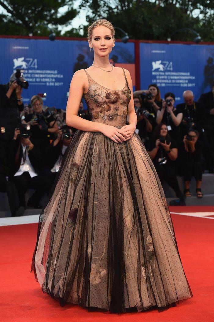 jennifer lawrence au festival du film de venise 2017 les plus belles robes de l ann e 2017. Black Bedroom Furniture Sets. Home Design Ideas