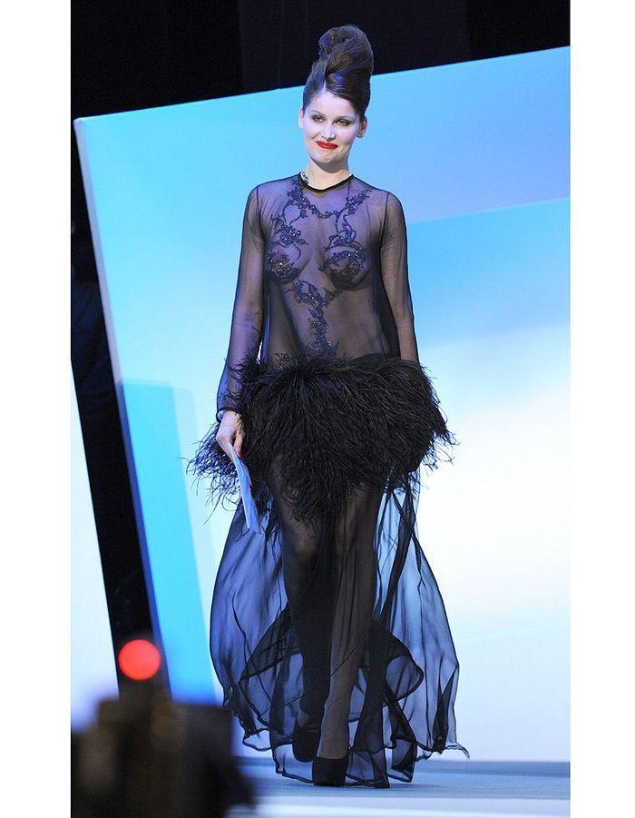 Laetitia Casta en robe transparente