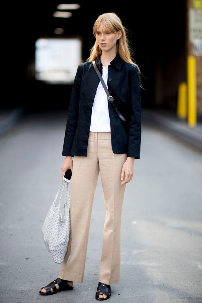 Pantalon beige + teeshirt blanc + veste noire