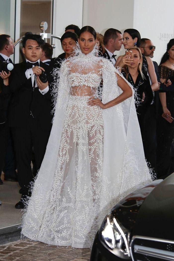 Cindy Bruna en robe transparente