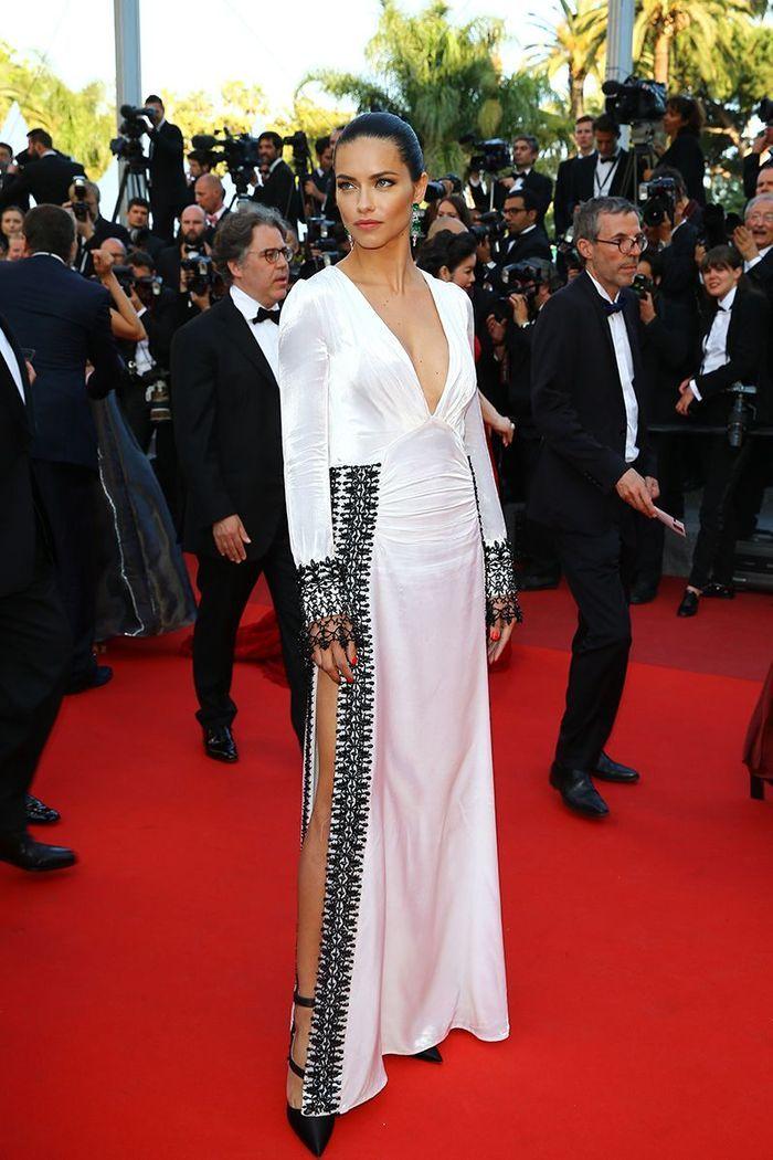 La robe fendue d'Adriana Lima