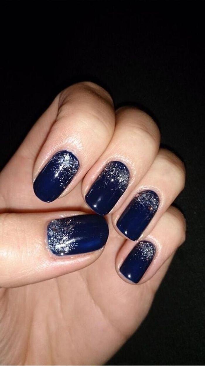 manucure de no l bleu paillet nail art no l 30 id es de manucures pour d baller vos cadeaux. Black Bedroom Furniture Sets. Home Design Ideas