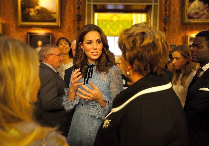Kate Middleton enceinte dévoile son ventre arrondi à une soirée