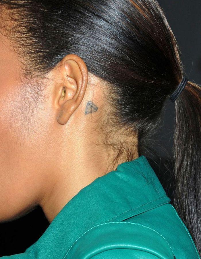 Le tattoo diamant le tatouage d oreille les stars l ont toutes adopt elle - Tatouage femme derriere l oreille ...