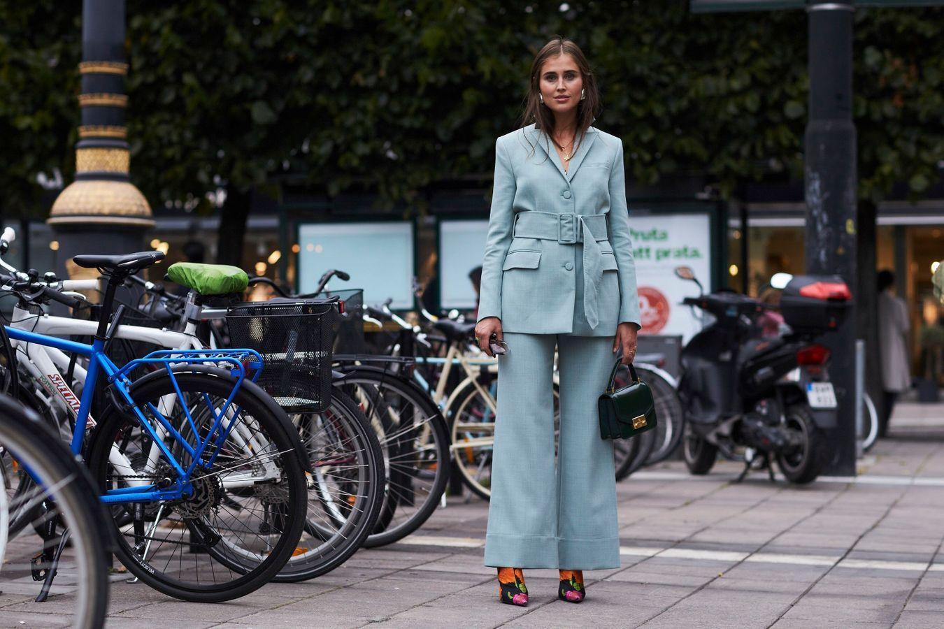 Un costume bleu + des bottines imprimées