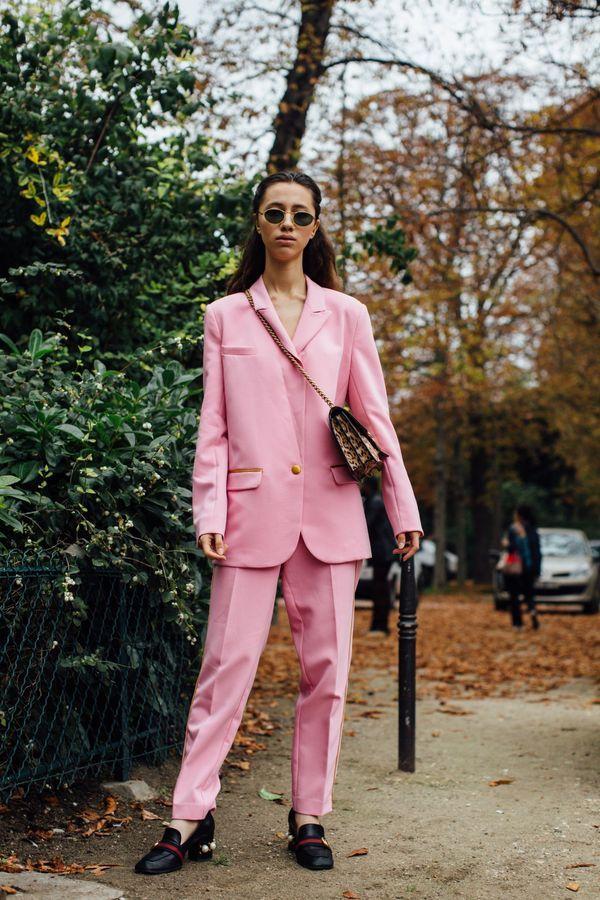 Un costume rose + des mocassins chic
