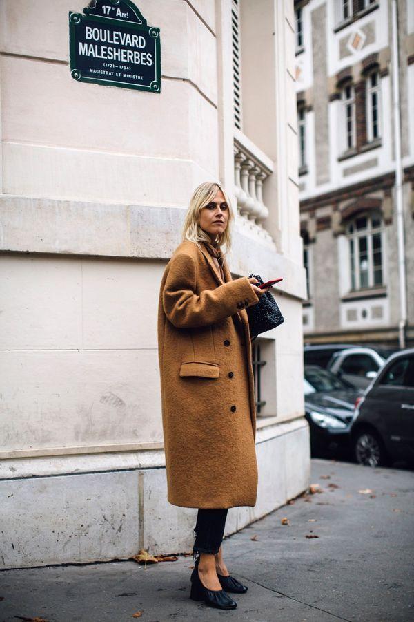 Un manteau camel + un jean croppé