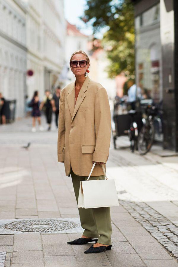 Une veste d'homme large + un sac blanc