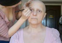 Cette jeune femme maquille sa mère atteinte d'un cancer dans une vidéo touchante