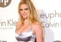 Lara Stone prête de nouveau son visage à Calvin Klein