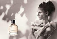 Nine d'Urso, égérie du premier parfum Bottega Veneta