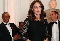 Kate Middleton montre son ventre rond lors d'une soirée