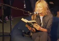 Kate Moss fait une lecture du roman « 50 Shades of Grey »