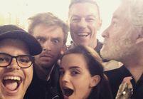 « La Belle et la Bête » : Emma Watson pose avec l'équipe du film
