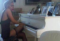 Lady Gaga crée la controverse en jouant sur le piano de John Lennon