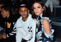 Neymar et sa petite amie Bruna Marquezine très amoureux à la Fashion Week de Paris