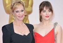 Oscars 2015 : Dakota Johnson embarrassée par sa mère, Melanie Griffith