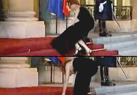 Vidéo : Mylène Farmer se casse 3 fois la figure à l'Elysée !