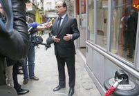 Face à face tendu entre François Hollande et deux Femen