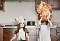 Il photographie ses filles dans des mises en scène délirantes pour leur grand-mère malade