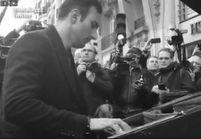 #PrêtàLiker : un homme joue Imagine au piano devant le Bataclan
