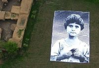 Un portrait géant d'enfant contre les attaques de drones