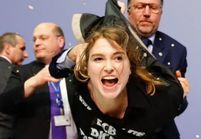 Une jeune Allemande attaque Mario Draghi avec des confettis