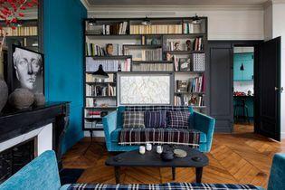 Un appartement en bleu et noir