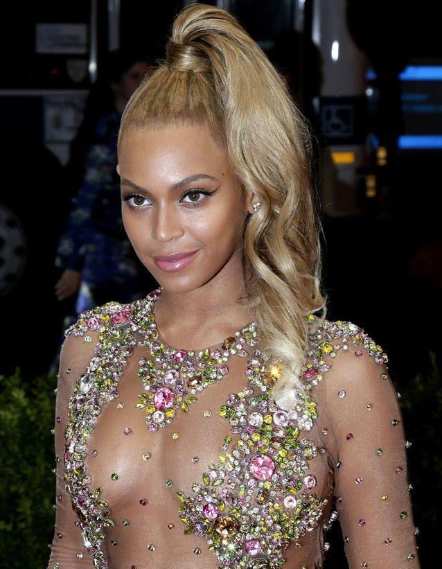 Beyoncé twiste la queue-de-cheval haute comme personne