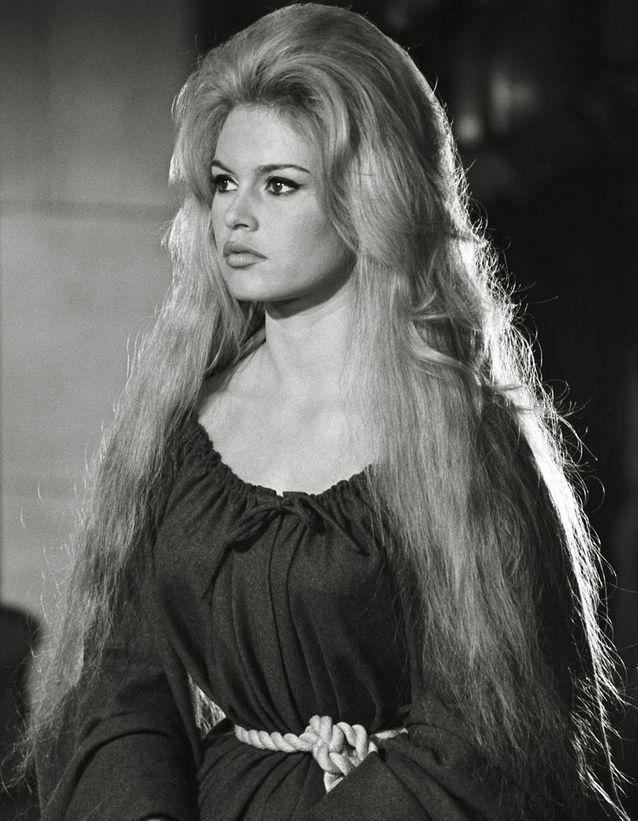 """La chevelure spectaculaire de Brigitte Bardot en 1961 dans """"Famous Love Affairs"""""""