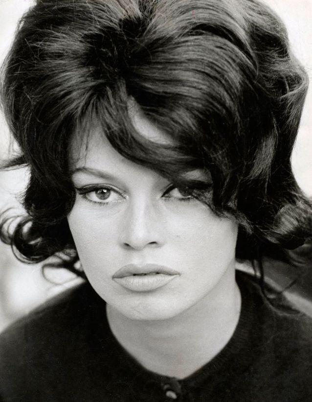 """Le carré court rétro de Brigitte Bardot en 1962 dans """"A Very Private Affair"""""""