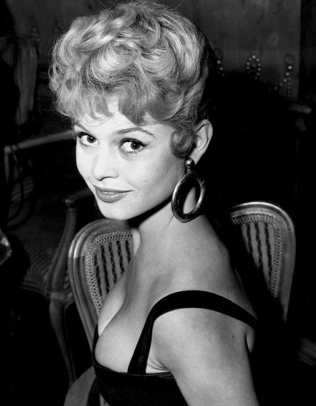 Le chignon rétro de Brigitte Bardot en 1951