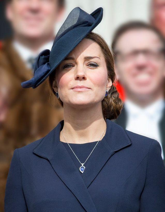 Coiffure Kate Middleton avec chapeau
