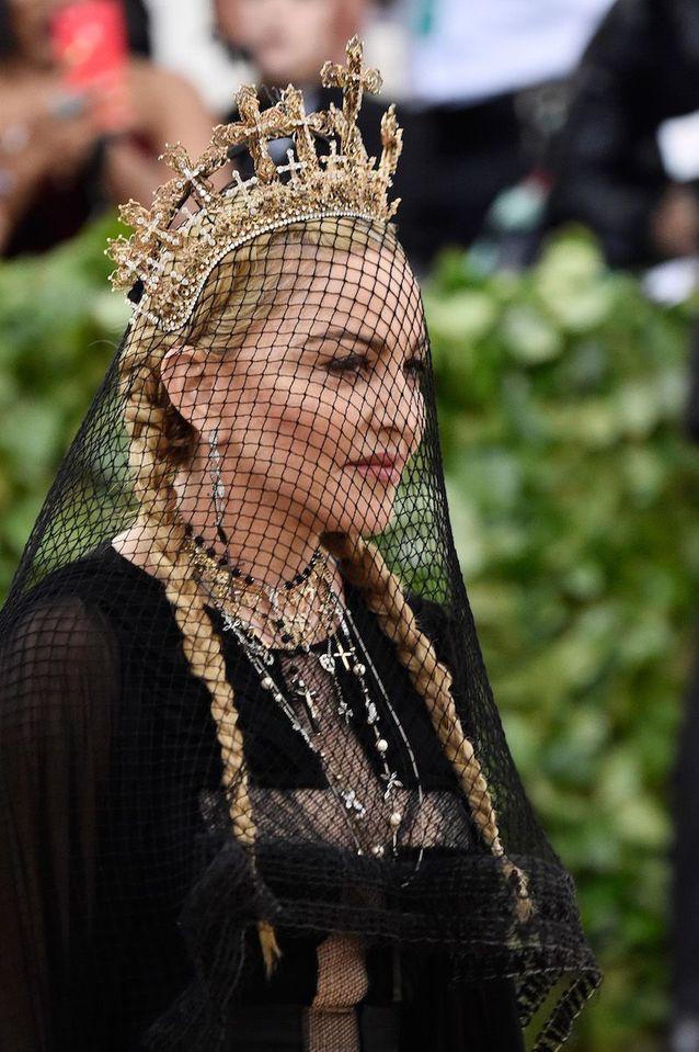 Le beauty look gothique de Madonna au Met Ball 2018