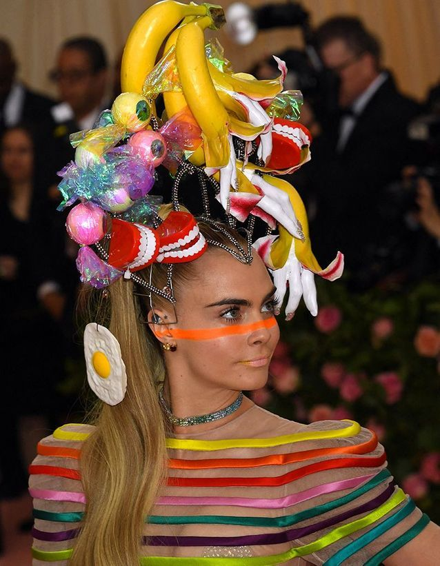 La coiffure excentrique et le make-up orange de Cara Delevingne