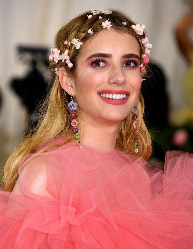 La coiffure fleurie d'Emma Roberts au Met Ball 2019