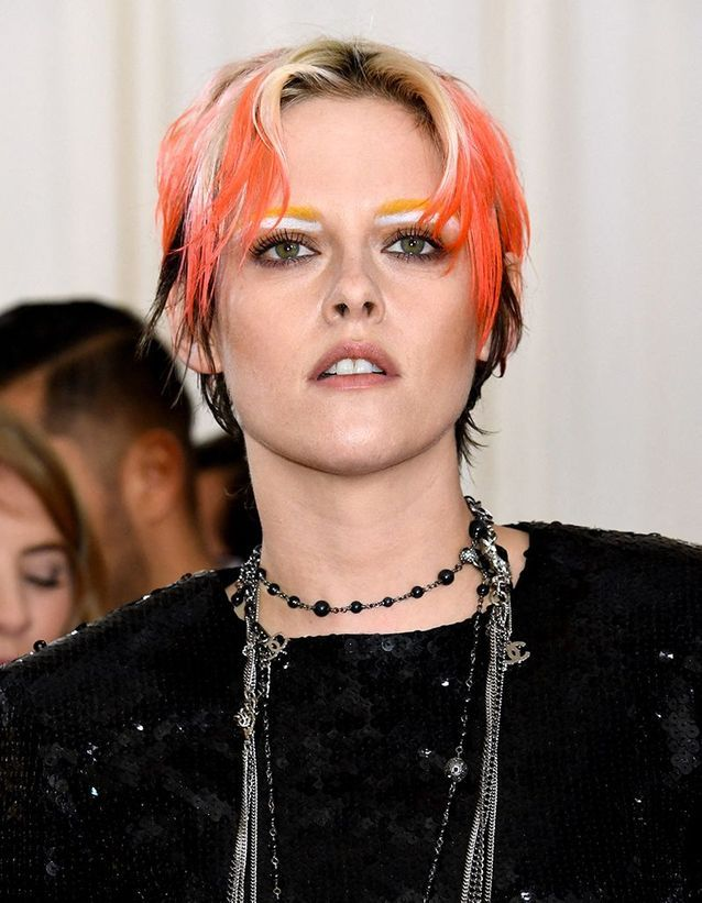 La coiffure fluo et les sourcils color block de Kirsten Stewart au Met Ball 2019