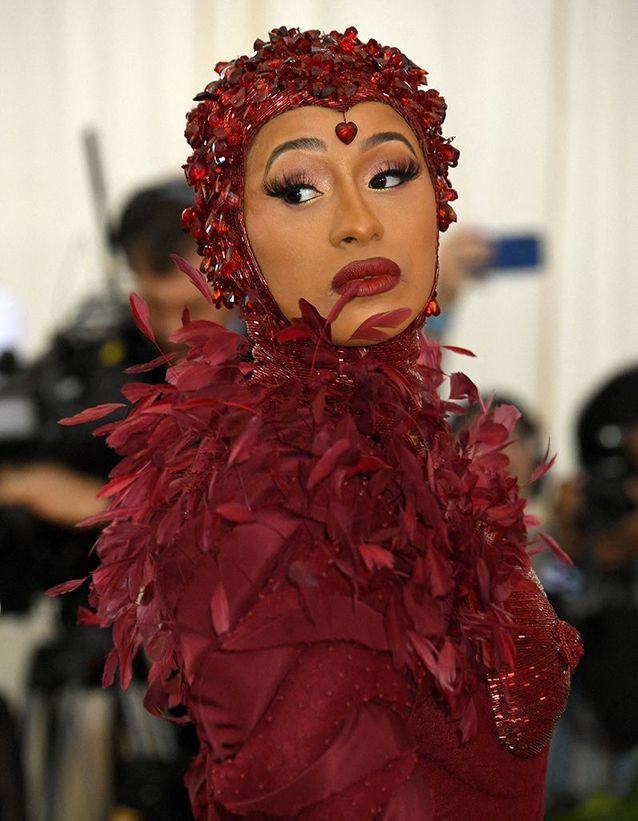 Le bonnet rouge accordé à la robe de Cardi B