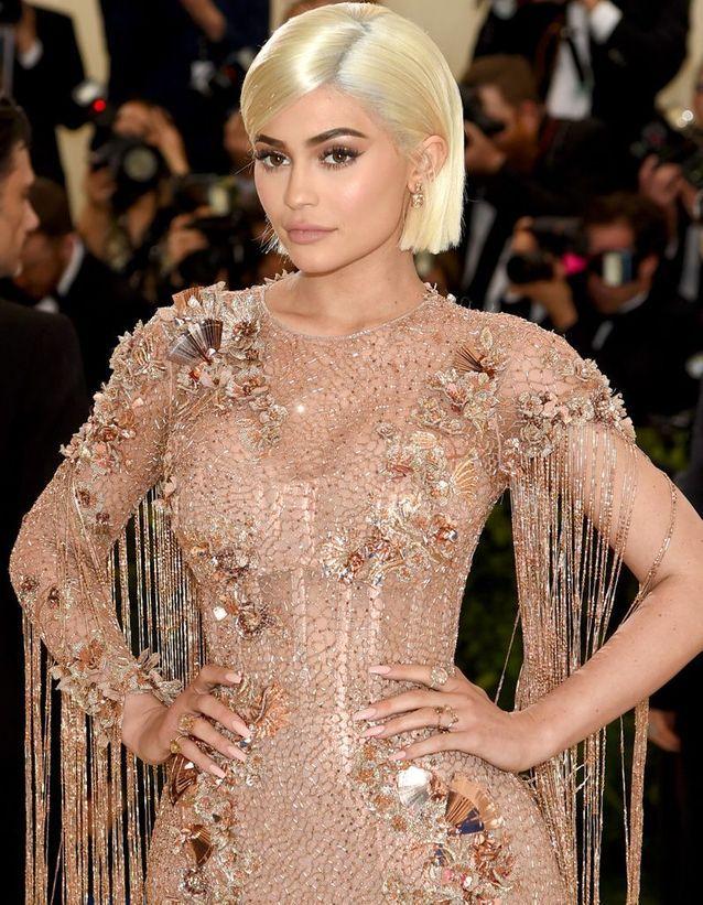 Le carré blond platine de Kylie Jenner