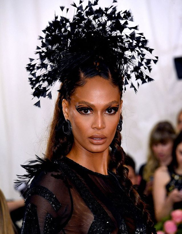 Le maquillage noir graphique de Joan Smalls