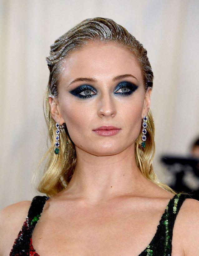 Le smoky bleu et les paillettes dans les cheveux de Sophie Turner au Met Ball 2019