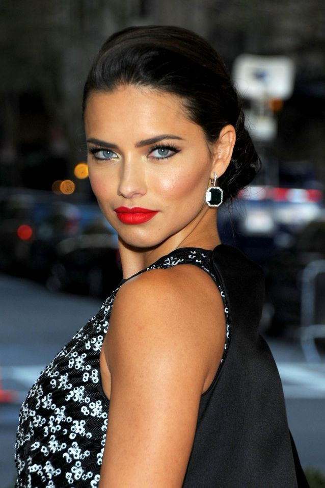 Les lèvres rouges carmin de Adriana Lima