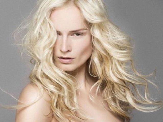Le blond platine ondulé de Laurent Decreton