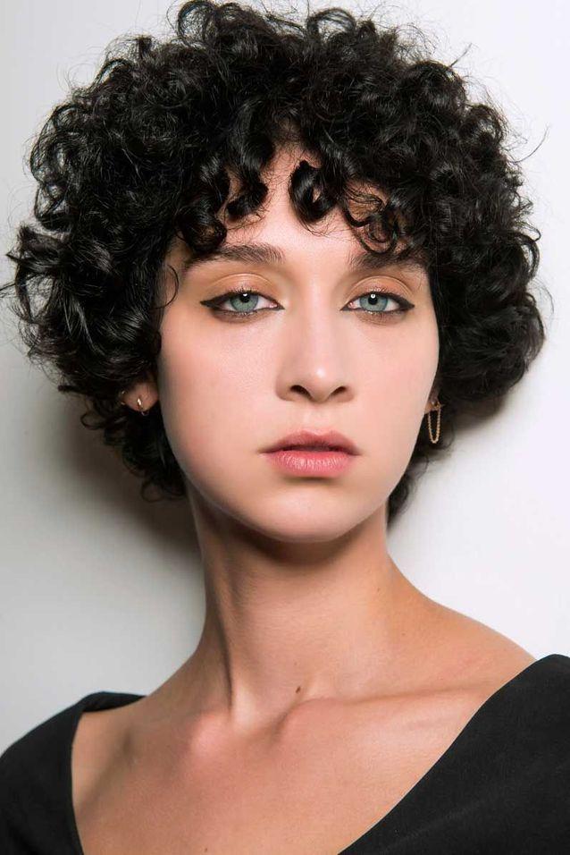 Coupe courte cheveux afro visage rond