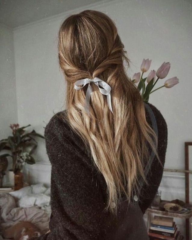Cheveux attachés à l'aide d'un ruban automne-hiver 2017