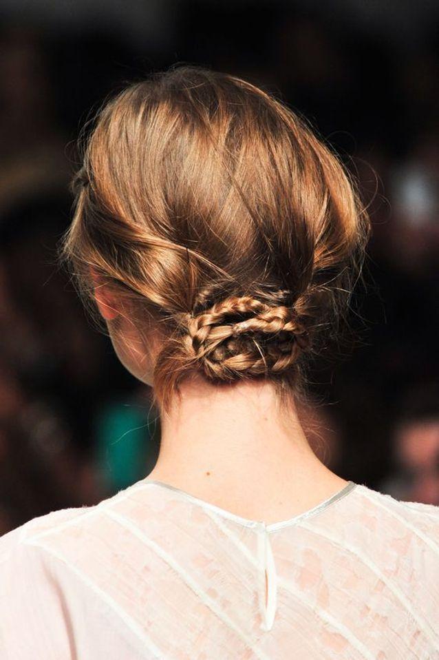 Cheveux attachés chignon bas automne-hiver 2016